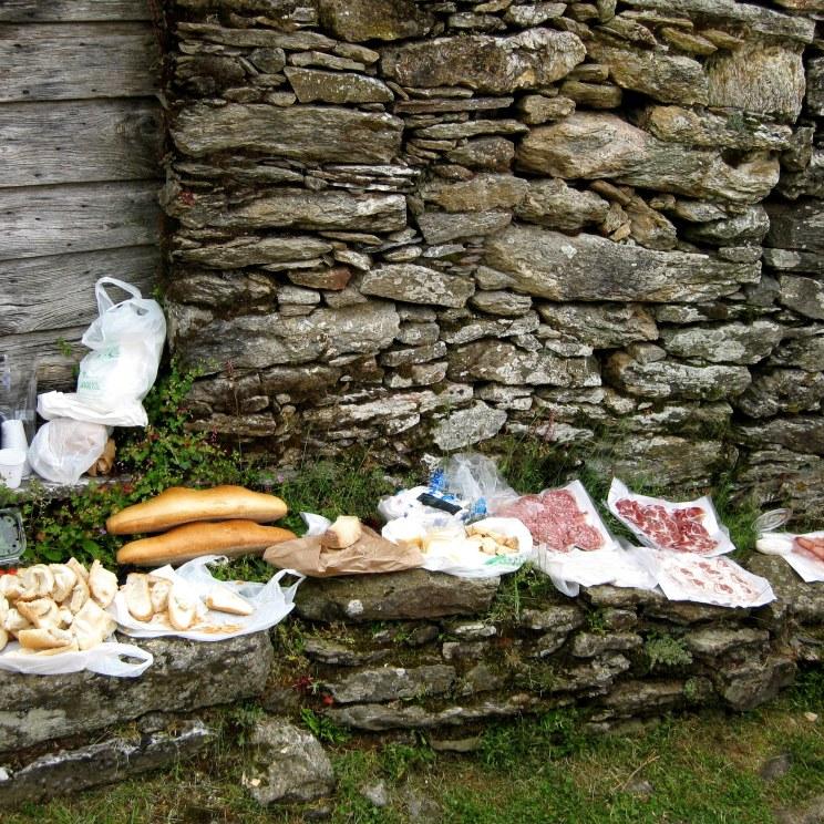 Picknick mit Köstlichkeiten aus der Region