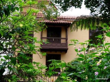 Viele Balkone haben ein kleines Dach aus Ziegeln