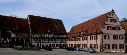 Rathaus von Maulbronn, daneben die ehemalige Klosterschmiede