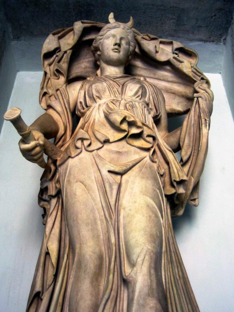 Luna_statue